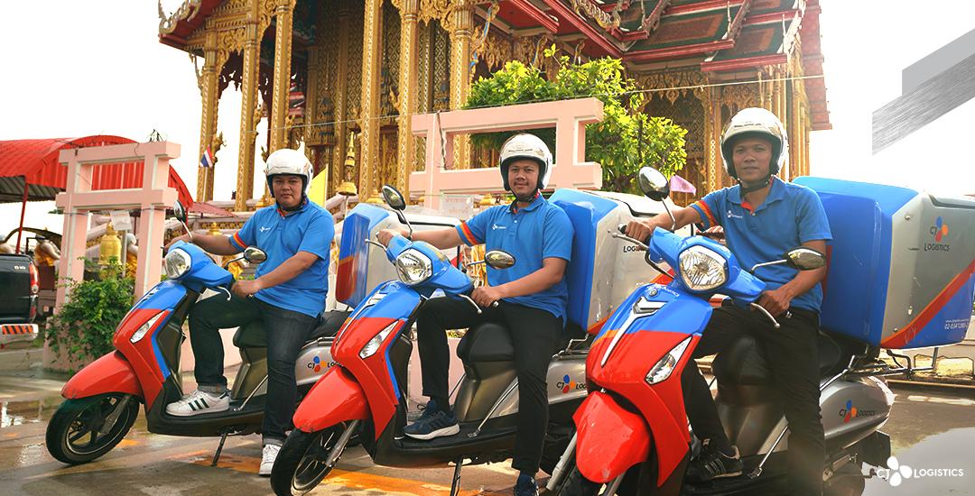 三名泰国的CJ物流快递员骑着摩托车配送快递